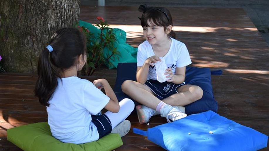 O projeto do pátio central foi feito em parceria com as coordenações do colégio e com a arquiteta Camila Tarnac da Rocha, atendendo as demandas da rotina escolar
