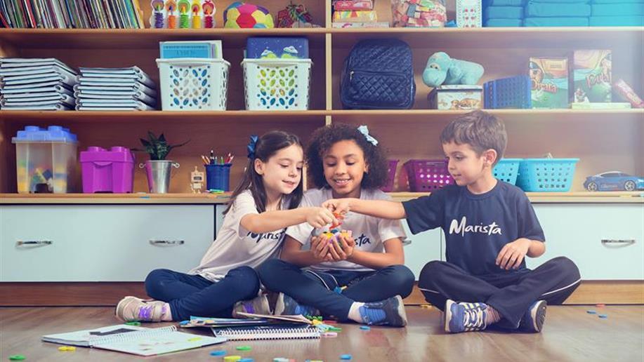 Além de ser uma opção segura para as famílias que necessitam de horários flexíveis, o Turno Integral é um espaço diferente da sala de aula, mas também voltado ao desenvolvimento de habilidades e competências.