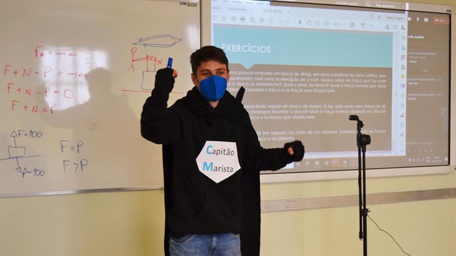 Educadores vestem-se de super-heróis e heroínas para receber os estudantes no retorno do recesso escolar