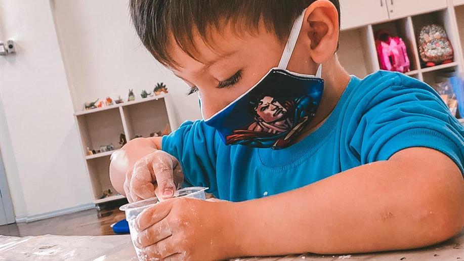 Sólido ou líquido? Estudantes do Nível 1 da Educação Infantil realizam experiências científicas que estimulam a curiosidade