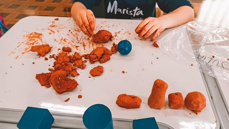 As crianças do 1º ano EF foram desafiadas a mudar essas formas de maneira que a argila que não estava adequada para o uso