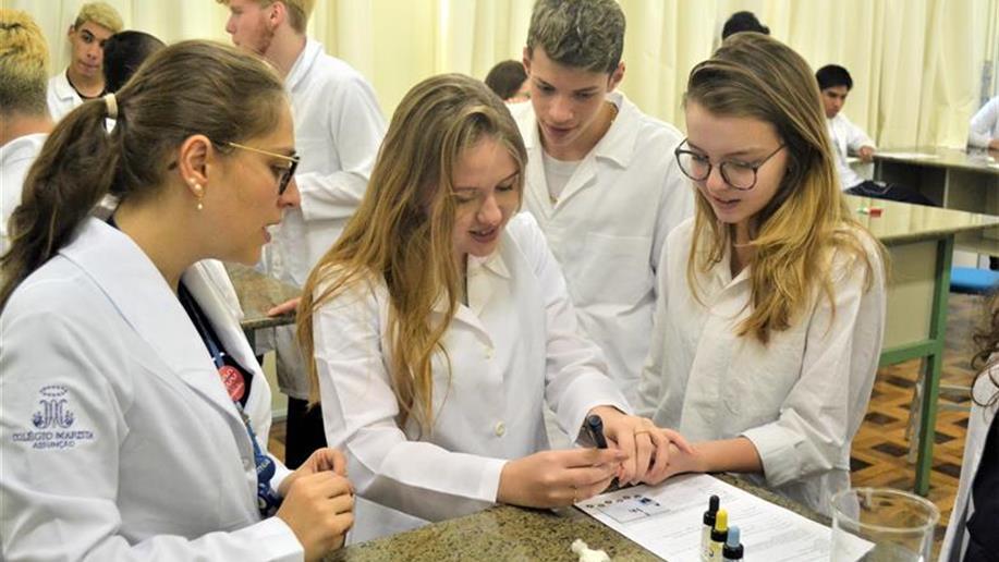 No componente curricular os estudantes trabalharam o assunto em sala de aula, estudando os tipos sanguíneos e suas características principais.