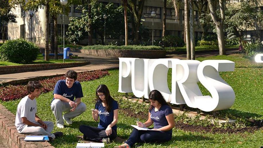 Em parceria com a Pontifícia Universidade Católica do Rio Grande do Sul (PUCRS), o Marista Champagnat realiza cursos de especialização para educadores e iniciativas dedicadas aos estudantes em diferentes espaços do Campus