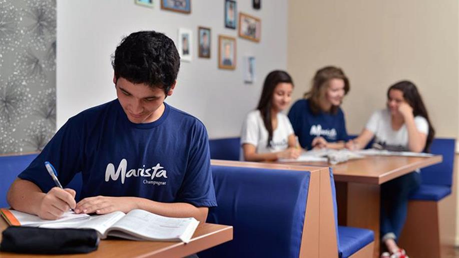 No Ensino Médio, preparamos os jovens para o futuro, com conteúdos transdisciplinares, aulas de reforço e simulados.