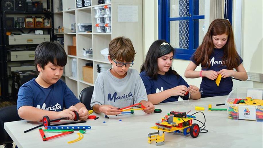 A robótica educacional desenvolve o raciocínio lógico e a criatividade, inserindo a tecnologia no cotidiano, inovando no jeito de ensinar e aprender.