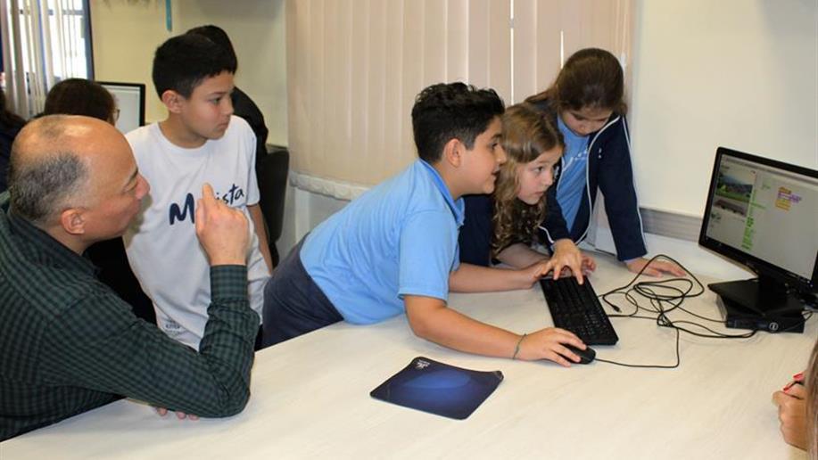 Estudantes e familiares debatem sobre os impactos da tecnologia em suas vidas.
