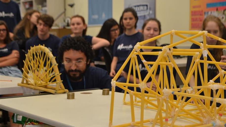 Estudantes utilizam diferentes áreas do conhecimento para produzir pontes de massa.
