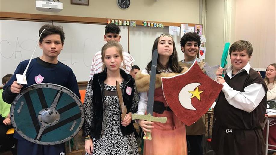 7º ano EF aprende sobre a Idade Média através do RPG, jogo em que os participantes interpretam personagens e criam narrativas.