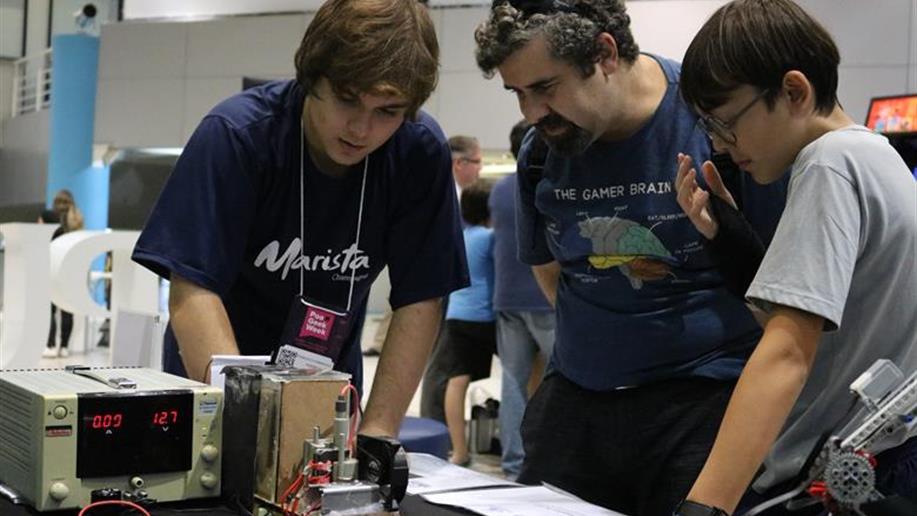 Nosso Clube de Robótica participou do evento da semana Geek em Porto Alegre, no qual ocorreram atrações sobre games, tecnologia e entretenimento.