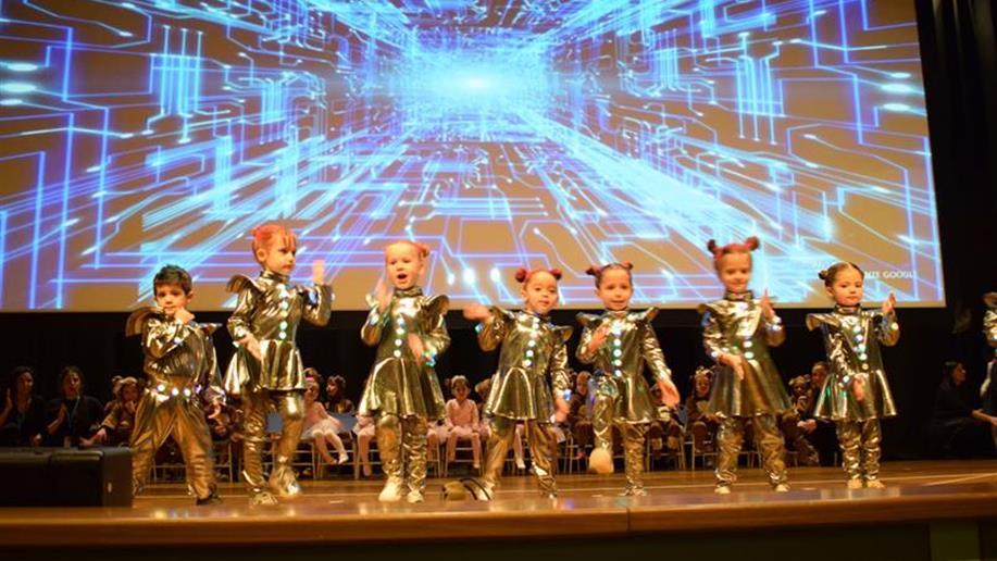 Educação Infantil encerra o semestre com um lindo espetáculo musical para as famílias e amigos.