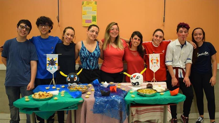 1º ano do Ensino Médio realiza feira cultural sobre festas populares brasileiras, hispânicas e inglesas