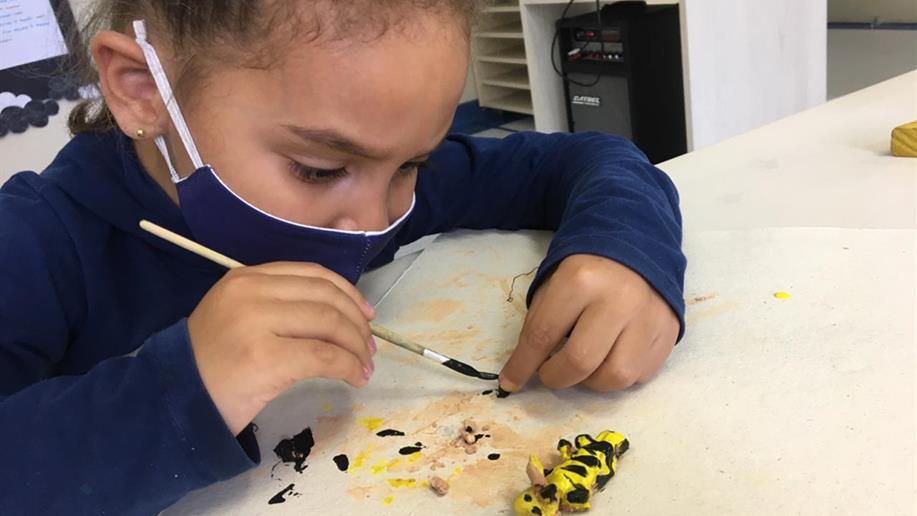 Estudantes da Educação Infantil acompanham a transformação de uma borboleta