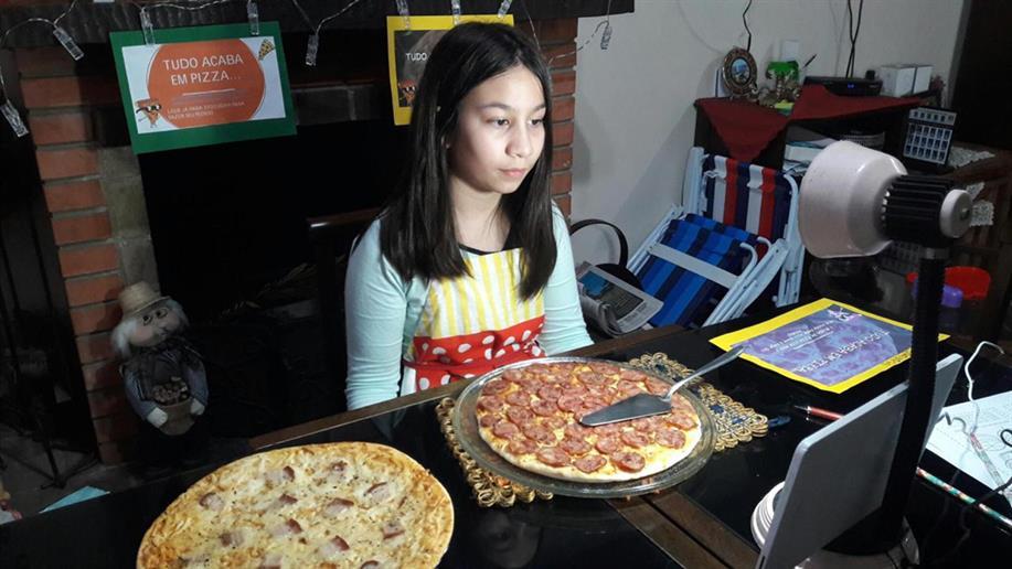 Estudantes abrem uma pizzaria fictícia e desenvolvem habilidades em diferentes áreas do conhecimento