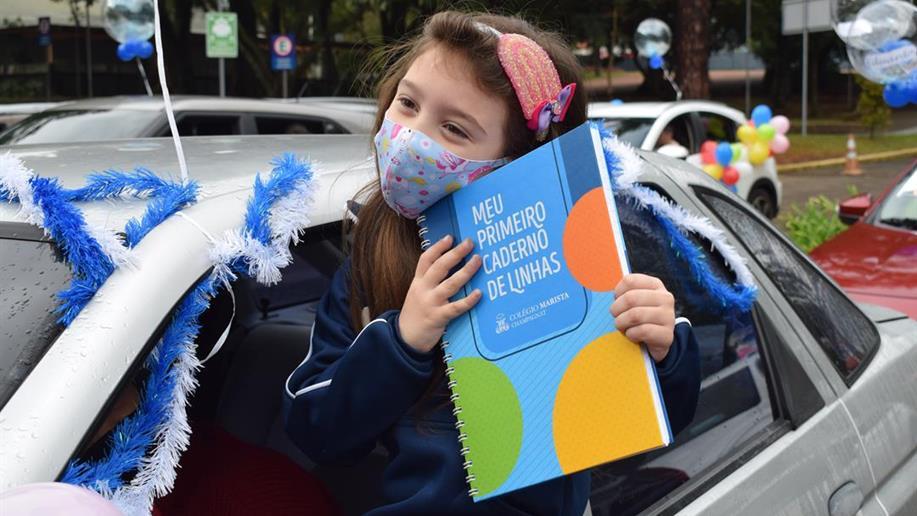 Estudantes do 1º ano do Ensino Fundamental do Marista Champagnat recebem seu Primeiro Caderno de Linhas