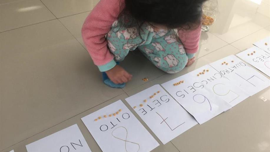Nível 2 da Educação Infantil explora os números através de brincadeira com balões