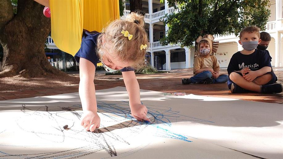 Estudantes do Nível 1 da Educação Infantil do Marista Champagnat experimentam a pintura sob diferentes perspectivas e movimentos