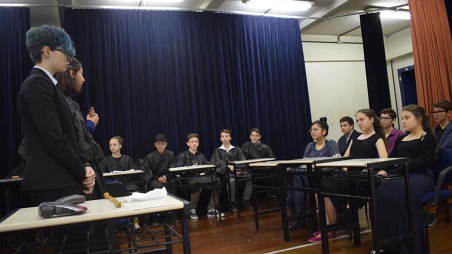 Estudantes do 8º ano do Ensino Fundamental realizam Júri Simulado baseado em história ocorrida no século XIX