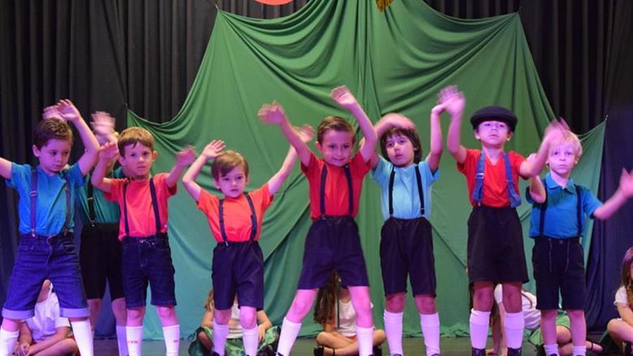 Estudantes dos Níveis 1 e 2 da Educação Infantil realizam espetáculo de Natal que marca o encerramento do ano letivo