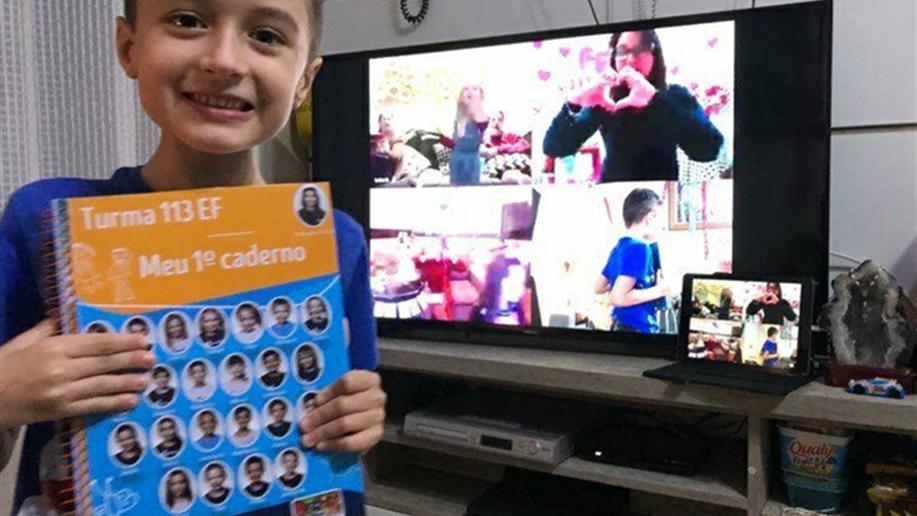 Estudantes do 1º ano do Ensino Fundamental recebem a festa do primeiro caderno de linhas em suas casas