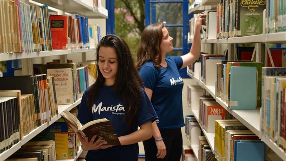 A Biblioteca Irmão Nadir Bonini Rodrigues dispõe de um espaço moderno e confortável para a prática de leitura e pesquisa