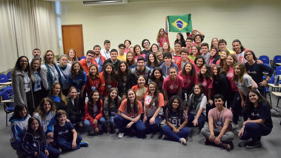 Estudantes do Colégio Marista Santiago desembarcaram no Brasil nesta segunda-feira, 10 de junho