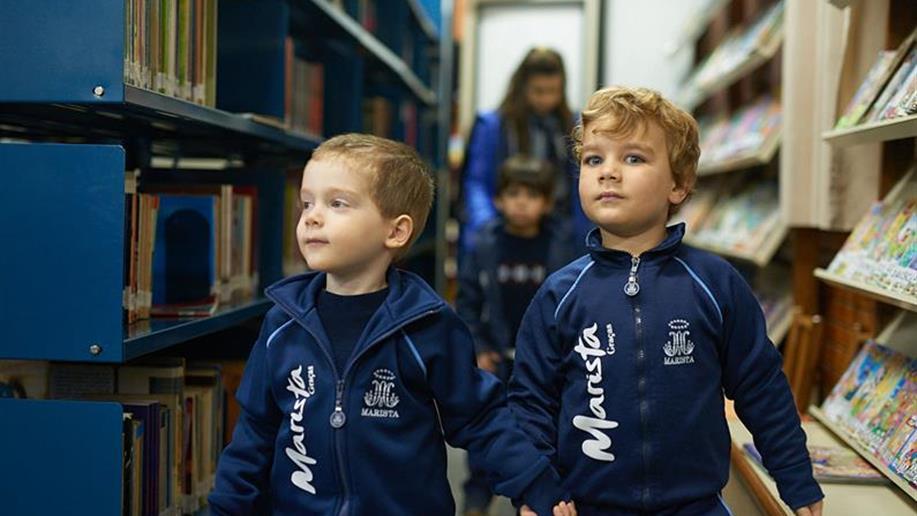 A Biblioteca Medianeira atende a comunidade escolar: estudantes, educadores e famílias. Nesse espaço pode-se realizar pesquisas e buscar informações sobre diversos temas.