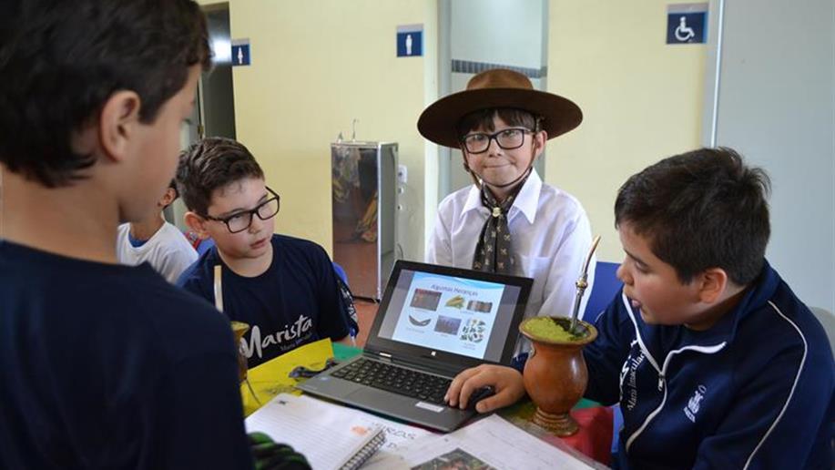 Por meio de atividades que envolvem pesquisas, visitas de estudos, arte, poesia, canto, dança, entre outras metodologias, os estudantes são inseridos em um contexto de valorização da cultura gaúcha.