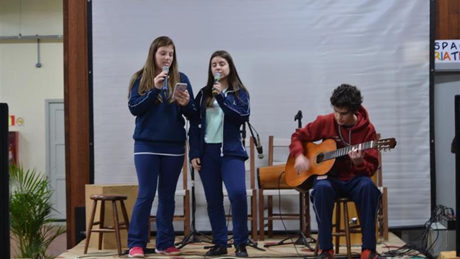 Evento proposto pelos estudantes reuniu música e arte, além do lançamento dos uniformes comemorativos do terceiro ano