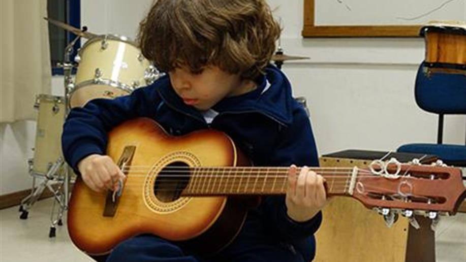 O Violão tem como objetivo desenvolver a percepção rítmica, melódica e harmônica do estudante.