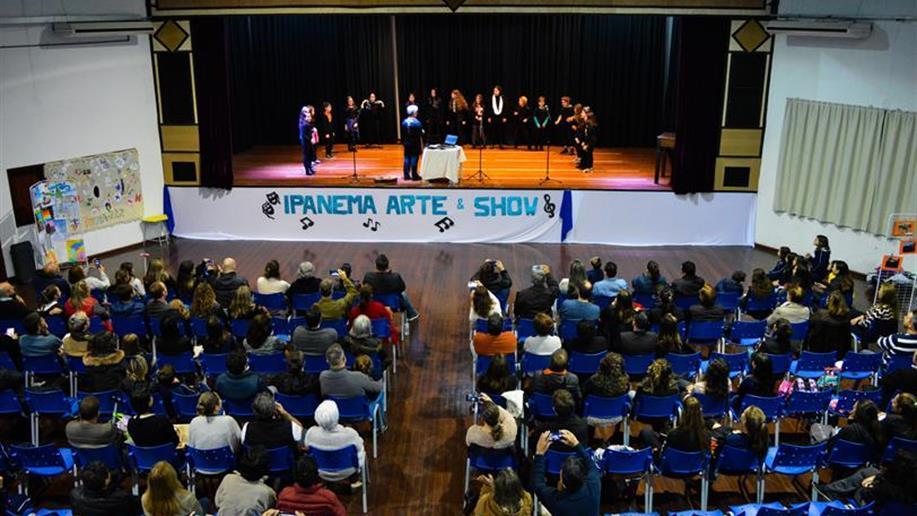 Grupo Vocal Em Movimento é composto por estudantes de 4º e 5º anos EF, que são incentivados a desenvolver a arte musical através do canto e da expressão corporal.