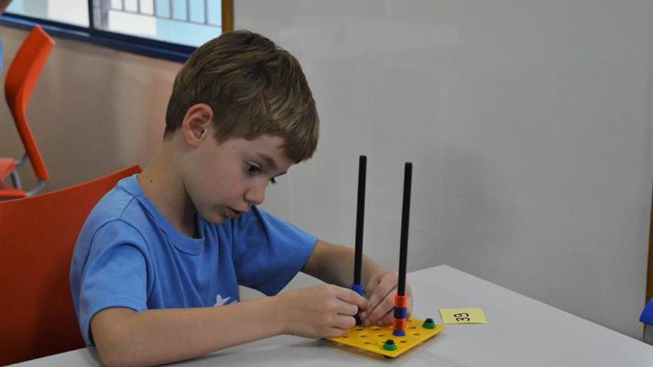 Estudantes aprendem uma forma nova de brincar e se divertir com a matemática.