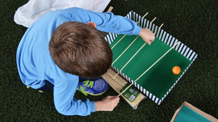 Estudantes constroem brinquedos com materiais reciclados.