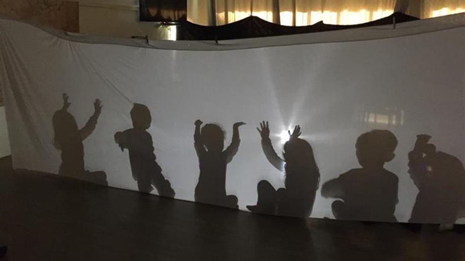 Experiências sensoriais exploram criatividade, concentração e coordenação.