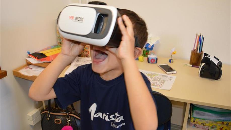 Óculos de realidade virtual é utilizado nas aulas de Língua Inglesa.