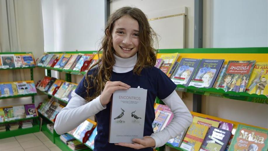 Yasmin Hoeltz é uma das autoras do livro Encontros.