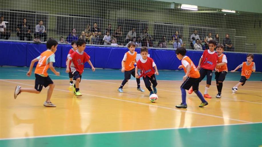 As atividades esportivas fazem parte da educação integral, contribuindo para o processo formativo dos estudantes.