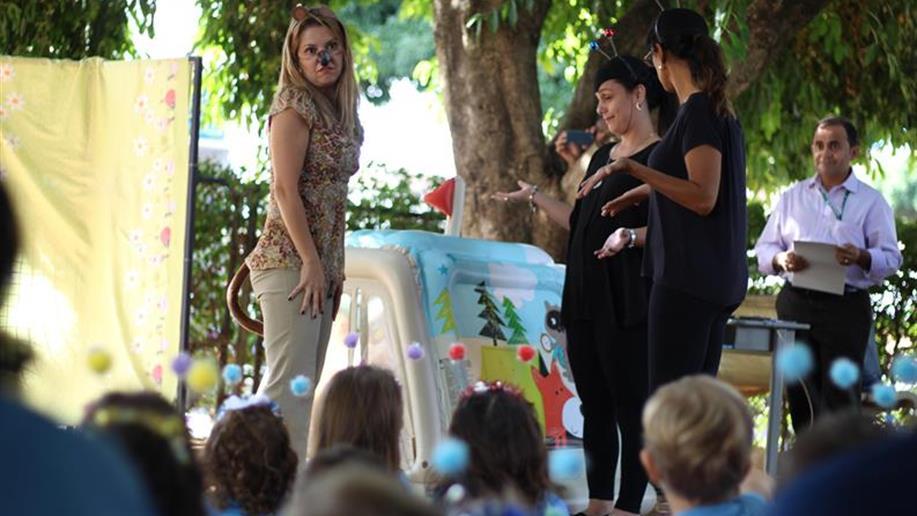 Teve contação de histórias, confecção de brinquedos e muita arte! O projeto Família na Escola trouxe para as salas de aula da Educação Infantil nadadores, dentistas, cientistas, veterinários que são, antes de tudo, mães, pais, tios e avós dos...