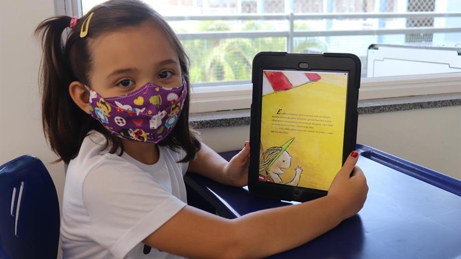 Nos Anos Iniciais, o incentivo ao hábito da leitura é complementado com a plataforma Elefante Letrado