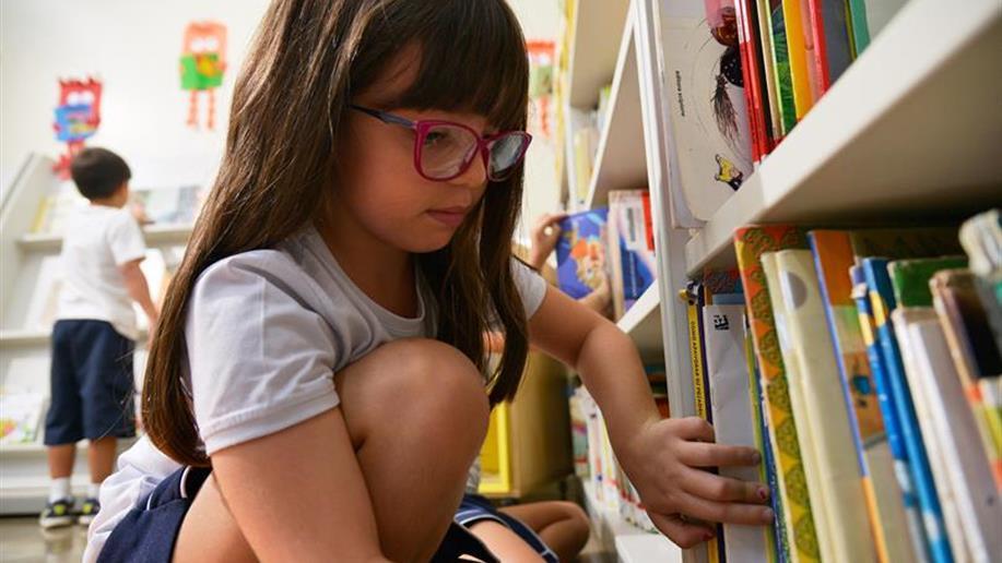 A Biblioteca presta serviço de informação que busca complementar e oferecer suporte aos objetivos do Projeto Pedagógico Escolar.