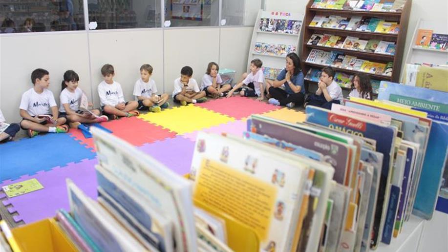 A Biblioteca presta serviço de informação que busca complementar e oferecer suporte aos objetivos do Projeto Pedagógico Escolar, facilitar o acesso à cultura, à informação, à educação e ao lazer
