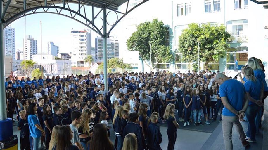 Cerca de 140 estudantes novos e 650 estudantes veteranos foram recepcionados pelos esducadores do Colégio.