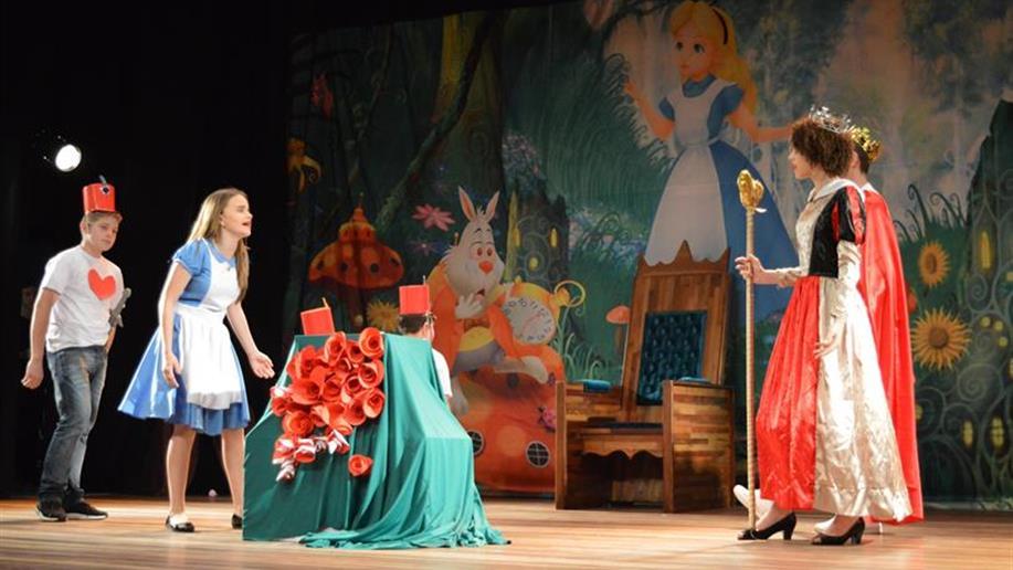 """Os estudantes do 8º ano protagonizaram o Musical """"Alice no País das Maravilhas"""", juntamente com o Recital de Violão e com a Apresentação de Dança."""