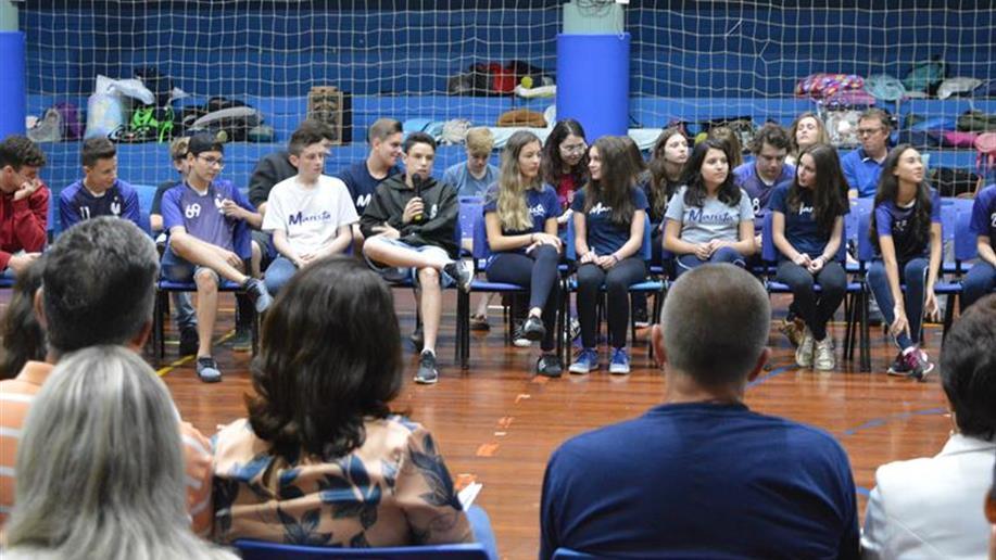 O momento reuniu pais e filhos do 9º ano do Ensino Fundamental para debaterem.