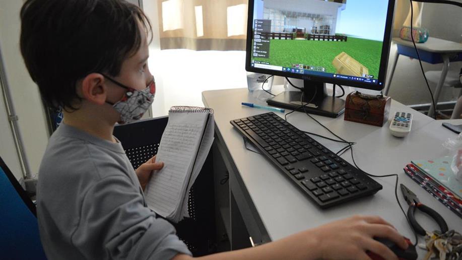 A plataforma permite que estudantes explorem sua imaginação criando cenários e desenvolvendo novas habilidades