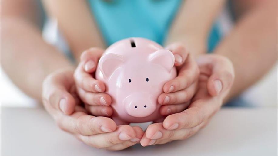 Mesada e caderno de gastos são estratégias que podem ser adotadas.