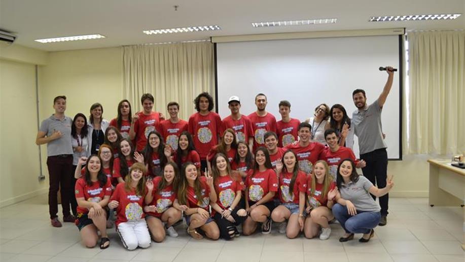 Grupo de 29 estudantes que se prepara para três semanas de imersão cultural no exterior esteve reunido para orientações pré-embarque