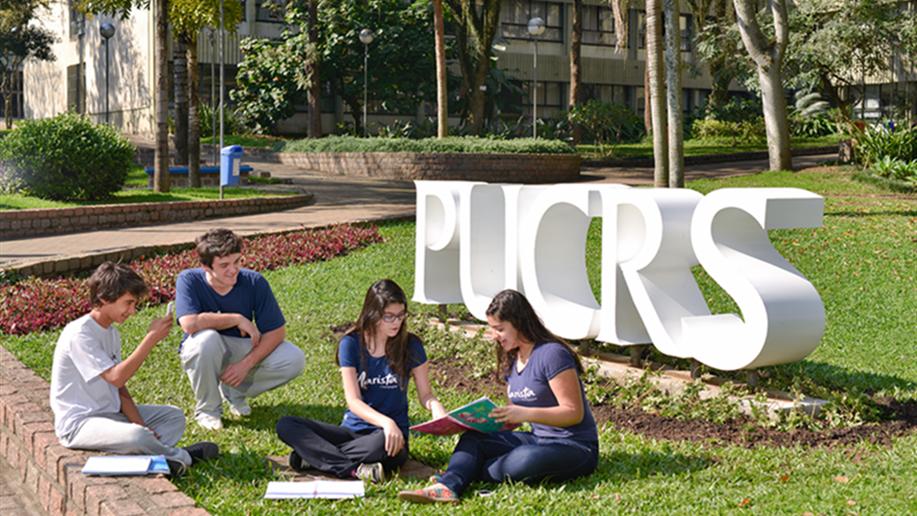 Em conjunto com a PUCRS, realizamos cursos de especialização para educadores, bem como iniciativas dedicadas aos estudantes em diferentes espaços do campus, como Laboratórios, Museu de Ciências e Tecnologia, Parque Esportivo e Centros de Eventos.