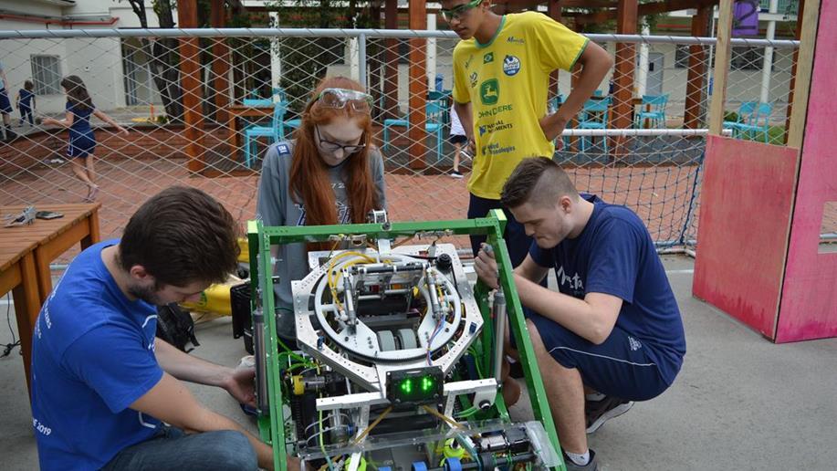 A Robótica possibilita que os estudantes entrem em contato com tecnologias e desenvolvam habilidades fundamentais para o futuro profissional.