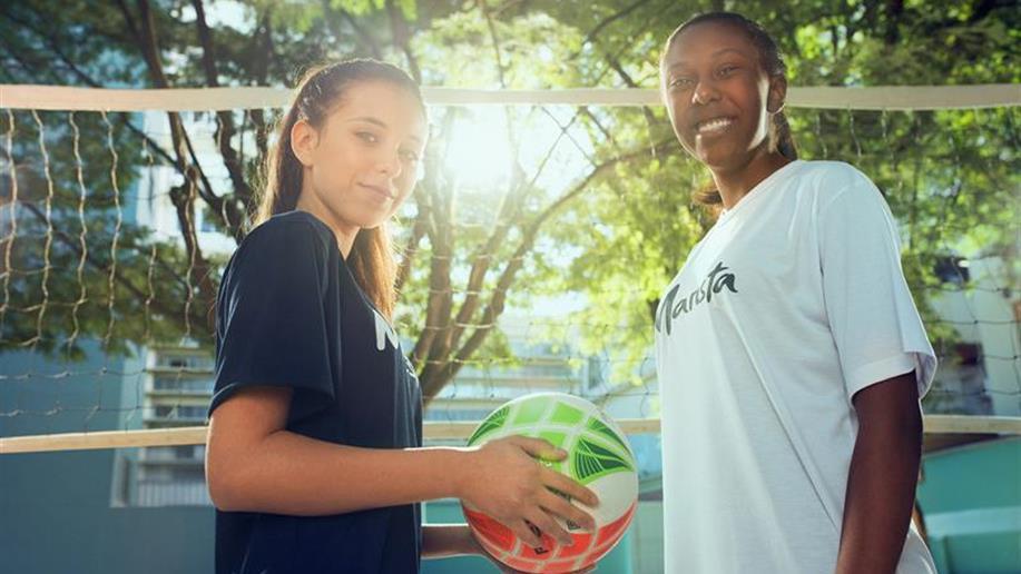 As escolinhas esportivas oferecidas como atividade extraclasse visam o desenvolvimento integral dos estudantes por meio da prática de esportes.