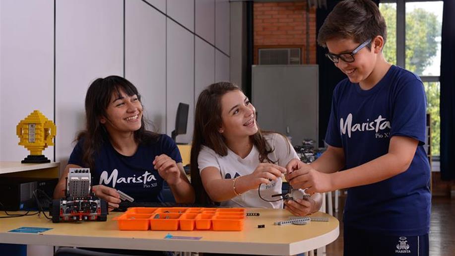 Voltada para os estudantes do 6º ao 8º ano do Ensino Fundamental, o extraclasse de Robótica Lego tem o objetivo de aprofundar o aprendizado de princípios mecânicos e de programação